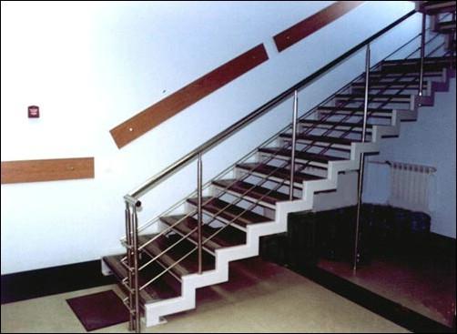 фото - Металлические лестницы в доме